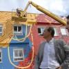 Jóvenes artistas pintan graffitis en el centro de servicios sociales de La Chana